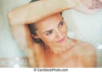 retrato, de, mulher jovem, atrás de, chuveiro, porta