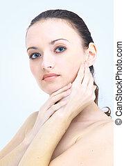 retrato, de, mulher jovem, com, saúde, pele, de, rosto