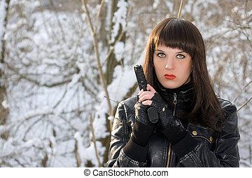 retrato, de, mulher jovem, com, um, pistola
