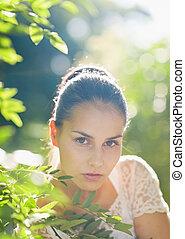 retrato, de, mulher jovem, em, foliage