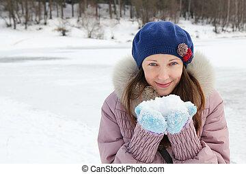 retrato, de, mulher jovem, em, inverno