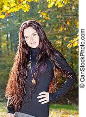 retrato, de, mulher jovem, em, outono