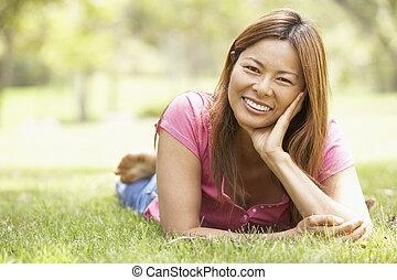 retrato, de, mulher jovem, parque