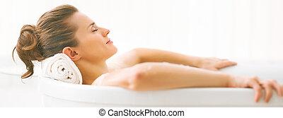 retrato, de, mulher jovem, relaxante, em, banheira