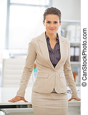 retrato, de, mulher negócio, ficar, em, escritório