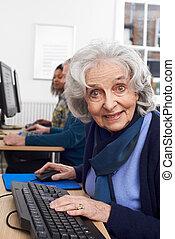 retrato, de, mulher sênior, assistindo, classe computador