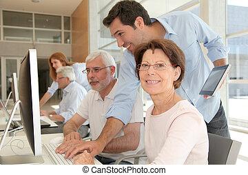 retrato, de, mulher sênior, assistindo, computando, treinamento