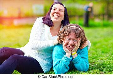 retrato, de, mulheres felizes, com, incapacidade, ligado, primavera, gramado