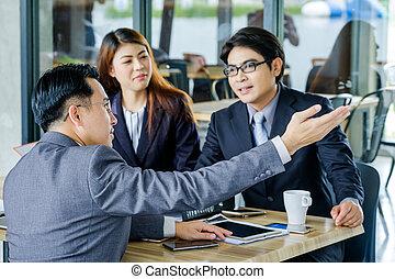 retrato, de, multiracial, businesspeople, poniendo común, en, reunión