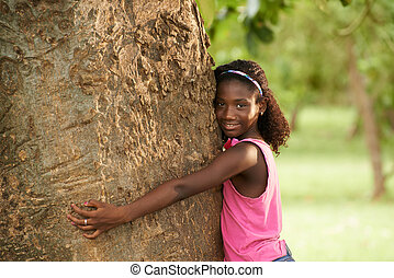 retrato, de, negro, ecologista, niña, abrazar, árbol, y,...