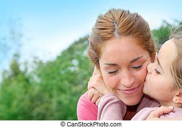 retrato, de, niña, dar, beso, a, ella, mamá