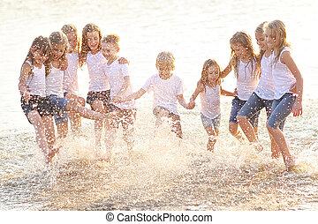 retrato, de, niños, en la playa, en, verano