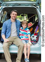 retrato, de, pai filho, sentando, carro, tronco