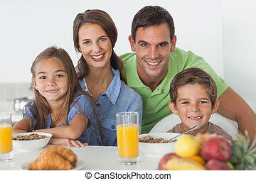 retrato, de, pais, tendo, pequeno almoço, com, seu, crianças