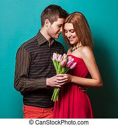 retrato, de, par jovem, apaixonadas, com, flores, tulips,...