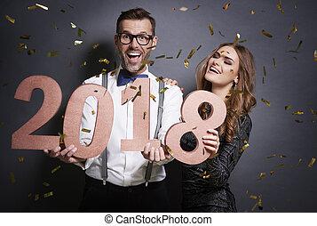 retrato, de, pareja, con, año nuevo, número