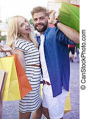 retrato, de, pareja, con, bolsas de compras