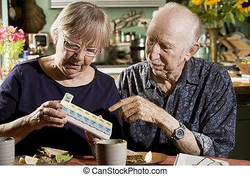retrato, de, pareja mayor, con, caso píldora