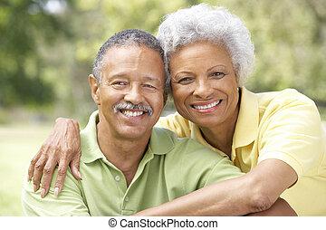 retrato, de, pareja mayor, en el estacionamiento