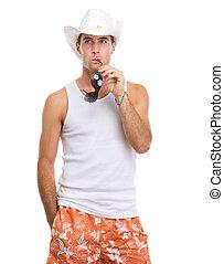 retrato, de, pensativo, homem jovem, em, shorts, com, óculos de sol