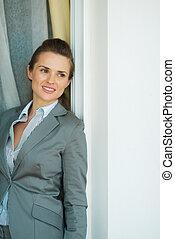 retrato, de, pensativo, mujer de negocios, reclinado, jamb