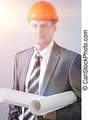 retrato, de, profesional, arquitecto, con, el, proyecto, de, un, nuevo, edificio.