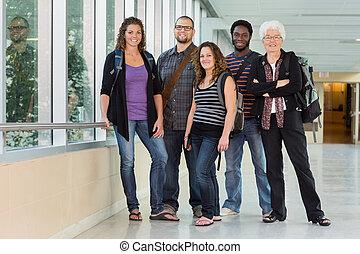 retrato, de, profesor, con, grad, estudiantes