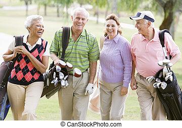 retrato, de, quatro, amigos, desfrutando, um, jogo, golfe