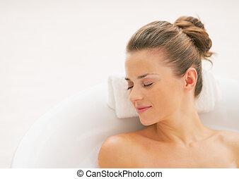 retrato, de, relajado, mujer joven, en, bañera