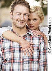 retrato, de, romántico, pareja joven, se abrazar