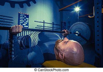 retrato, de, súper, ataque, muscular, joven, cálculo, en, gimnasio, con, barra con pesas