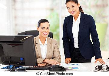 retrato, de, sonriente, mujeres de la corporación mercantil
