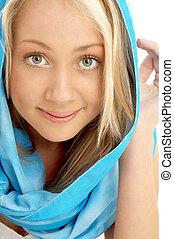 retrato, de, sonriente, rubio, en, bufanda azul