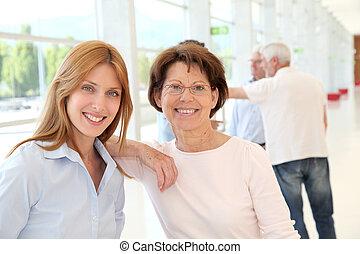 retrato, de, sorrindo, mulheres negócio, treinamento