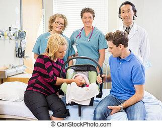 retrato, de, sucedido, equipe médica, com, bebê recém-nascido, e, pais, em, quarto hospital