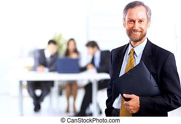 retrato, de, sucedido, homem negócios, e, equipe negócio, em, escritório