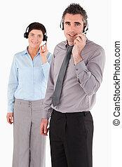 retrato, de, trabalhadores escritório, usando, headsets