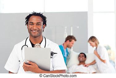 retrato, de, um, africano, doutor, com, um, paciente, em, a, fundo