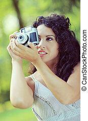 retrato, de, um, atraente, mulher jovem, fazendo exame uma fotografia