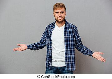 retrato, de, um, barbudo, casual, homem encolhe, ombros