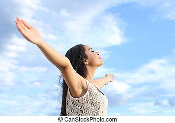 retrato, de, um, bonito, árabe, mulher, respirar, ar fresco, com, braços levantados