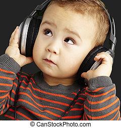 retrato, de, um, bonito, criança, escutar música, olhar,...
