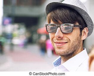 retrato, de, um, bonito, homem jovem, com, óculos de sol