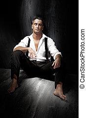 retrato, de, um, bonito, homem jovem, desgastar, camisa branca, e, fumar, enquanto, sentar chão