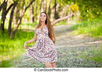retrato, de, um, bonito, loiro, mulher, com, amarelo floresce, ao ar livre