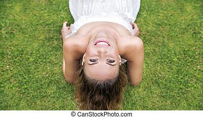 retrato, de, um, bonito, mulher jovem, deitando, ligado, a, gramado