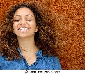 retrato, de, um, bonito, mulher jovem, sorrindo, com, cabelo ondulado