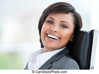 retrato, de, um, bonito, mulher negócio, no trabalho
