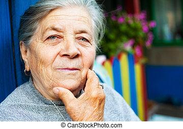 retrato, de, um, conteúdo, antigas, mulher sênior