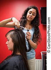 retrato, de, um, estudante, cabeleireiras, cabelo cortante